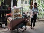 kisah-pria-penjual-gorengan-rela-berjalan-kiloan-meter-demi-keluarga-di-kampung.jpg