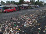 kondisi-jalan-boulevard-2-di-daerah-sindulang-yang-penuh-dengan-sampah-senin-1912021.jpg