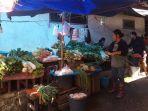 kondisi-pedagang-pasar-tuminting-yang-berjualan-di-perkampungan-warga-jumat-1162021.jpg