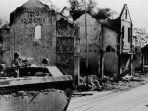 kondisi-salah-satu-sudut-di-kota-surabaya-ketika-pertempuran-10-november-1945.jpg