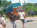 korban-tergeletak-setelah-ditabrak-truk.jpg
