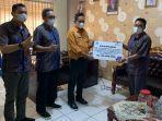 manajer-pt-pln-persero-up3-gorontalo-supriyadi-menyalurkan-bantuan6.jpg