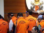 mantan-anggota-dprd-sumatera-utara-mengenakan-rompi-oranye.jpg