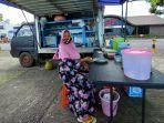 mbak-iyem-salah-seorag-penjual-makanan-di-kawasan-megamas-manado.jpg