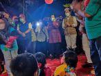 mensos-ri-tri-rismaharini-ketika-mengunjungi-anak-anak-korban-banjir-di-desa-batu-merah-hghgf.jpg