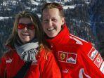 michael-schumacher-dan-sang-istri-saat-berlibur-pada-tahun-2005.jpg