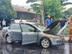 mobil-berjenis-sedan-merk-ford-plat-nomor-polisi-db-1053-af-terbakar.jpg