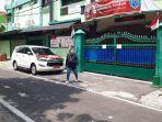 mobil-dinas-wali-kota-solo-gibran-rakabuming-raka-diparkir-di-depan-smk-batik-2-solo.jpg