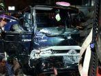 mobil-pikap-yang-terlibat-kecelakaan-engan-angkot-di-jalan-setia-budi.jpg