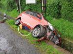 mobil-toyota-calya-nopol-h-9408-rg-terjun-ke-parit-setelah-terlibat-kecelakan.jpg