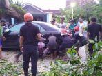 mobil-toyota-camry-tertimpa-pohon-yang-tumbang-kamis-15102020-di-sukoharjo.jpg