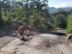 nampak-para-pekerja-di-pt-pp-saat-membersihkan-jalan-provinsi-kamis-2462021.jpg