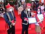 nathania-palar-saat-menerima-penghargaan-dari-gubernur-sulut-olly-dondokambey.jpg