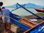 nelayan-memperbaiki-perahu-dan-diskusi-terkait-isu-reklamasi-di-boulevard-2-senin-14102019.jpg