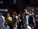 orang-orang-berdiri-di-jalan-yang-mengarah-ke-konsulat-as-di-chengdu.jpg