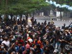 para-demonstran-yang-diduga-ada-penyusup-kelompok-baju-hitam-kelompok-anarko.jpg