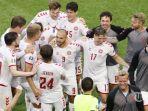 para-pemain-denmark-merayakan-kemenangan-mereka-usai-laga-babak-16-besar-uefa-euro-2020.jpg