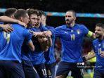 para-pemain-italia-merayakan-gol-pembuka-mereka-selama-pertandingan-sepak-bola-babak.jpg