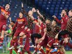 para-pemain-roma-merayakan-di-akhir-pertandingan-sepak-bola-serie-a-italia-as-roma-vs-lazio.jpg