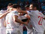 para-pemain-spanyol-merayakan-gol-kedua-mereka-yang-dicetak-oleh-bek-cesar-azpilicueta.jpg