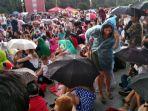 para-pengunjung-fan-fest-kehujanan_20180716_083610.jpg