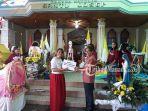 pastor-john-montolalu-sekretaris-keuskupan-manado-memberikan-hadiah-pada-juara-satu_20180527_153248.jpg