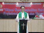 pastor-sujoko-msc-saat-berkhotbah-pada-perayaan-natal-keluarga-besar-polda-sulawesi-utara.jpg