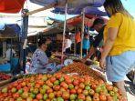 pedagang-bahan-pangan-di-pasar-bersehati-manado-melayani-pembeli.jpg