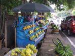 pedagang-buah-di-jalan-14-februari-teling-atas-wanea-manado-sulawesi-utara-rabu-2172021.jpg
