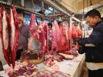 pedagang-daging-sapi-di-sebuah-pasar.jpg