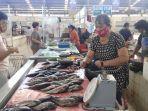 pedagang-ikan-di-pasar-segar-paal-dua-kota-manado-deitje-saat-melayani-pembeli-ikan-mujair.jpg