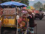 pedagang-kaki-lima-berjualan-di-jalan-boulevard-dua-kecamatan-sindulang0.jpg
