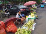 pedagang-ketupat-di-pasar-bersehati-jumat-2152021.jpg