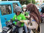 pegawai-bkipm-manado-ketika-membagikan-ikan-kaleng-gratis-ke-masyarakat-kota-manado.jpg