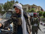 pejuang-taliban-berjaga-di-sepanjang-jalan-di-massoud-square.jpg