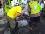pekerja-dari-dinas-pupr-manado-saat-mencoba-memperbaiki-ipal-yang-bocor.jpg