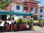 pelamar-cpns-pppk-yang-mengantri-di-depan-kantor-bkpsdm-kabupaten-sitaro.jpg