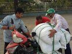 pelatih-timnas-indra-sjafri-sedang-membantu-driver-ojek-online.jpg