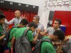 pelatih-timnas-u-16-indonesia-bima-sakti-bersalaman-dengan-pemain.jpg