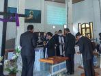pelayan-khusus-penatua-dan-diaken-melayani-jemaat.jpg