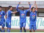 pemain-arema-fc-merayakan-gol-atas-bhayangkara-fc-di-stadion-patriot-chandrabhaga.jpg