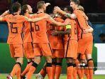 pemain-depan-belanda-wout-weghorst-kanan-merayakan-dengan-rekan-satu-timnya.jpg