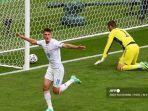 pemain-depan-republik-ceko-patrik-schick-merayakan-mencetak-gol-pertama-timnya.jpg