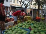 pembeli-memilih-berbagai-jenis-buah-yang-dijual-di-kawasan-pasar-bersehati-2.jpg
