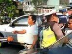 pengemudi-mobil-adu-mulut-dengan-polisi_20181026_124147.jpg
