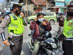 pengendara-motor-di-amurang-kedapatan-tidak-memakai-helm-maupun-masker.jpg