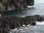 pengunjung-nikmati-air-panas-pantai-timbako.jpg
