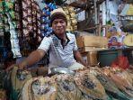 penjual-ikan-asin-di-pasar-23-maret-kotamobagu.jpg