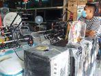 penjualan-tv-dan-antena-di-kawasan-niaga-45-manado-sulawesi-utara-rabu-28720215.jpg