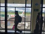 penumpang-berjalan-menuju-pesawat-di-pintu-keberangkatan.jpg